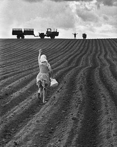 The farmer and his wife . Russia 1954 by Henri Cartier Bresson Line Photography, Vintage Photography, Creative Photography, Street Photography, Urban Photography, Black And White Portraits, Black White Photos, Black And White Photography, Fosse Commune
