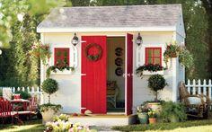 Pensada como uma mini casa, esta she-shed tem estilo clássico e retrô, com portas e janelas vermelhas