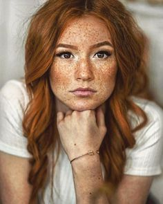 When we talk about red hair colors, we all think of a striking, intense hair color. Indeed, the shades of red hair have a completely different feel! Women With Freckles, Red Hair Freckles, Redheads Freckles, Freckles Girl, Redhead With Freckles, Redhead Baby, Redhead Men, Red Blonde Hair, Short Red Hair
