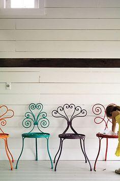 Mezclando 4 colores de esmalte sintético en pequeñas cantidades podes obtener muchas variantes de colores y decorar tus muebles de jardín.