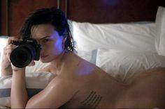 y-entretenimento:      Demi Lovato posou para as lentes do fotógrafo Patrick Ecclesine (Divulgação/ Vanity Fair)    Aos 23 anos, Demi Lovato resolveu mostrar às mulheres que está feliz com o próprio c