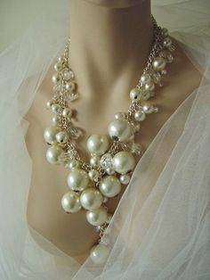collier de perle sur une chaine en métal blanc avec un voile blanc pour le jour J