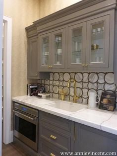 Street of Dreams Arizona - Via Annie Vincent Interiors - Incredible butlers pantry with gray cabinets accented with brass hardware alongside white marble counters paired with a geometric marble backsplash. Painted Brick Backsplash, Blue Backsplash, Beadboard Backsplash, Herringbone Backsplash, Kitchen Backsplash, Easy Backsplash, Kitchen Interior, Kitchen Design, Kitchen Ideas