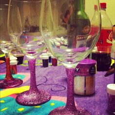 DIY glittered wine glasses tutorial, but i think i'm going to do it to the bottom of my vases! Diy Glitter Glasses, Diy Projects To Try, Craft Projects, Painted Wine Glasses, Diy Arts And Crafts, Fun Crafts, Wine Bottle Crafts, Diy Gifts, Diys