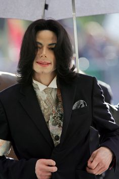looking very dapper in his suit Michael Jackson Smile, Mike Jackson, Court Outfit, Michael Angel, King Of Hearts, Black Artists, Music Icon, American Singers, Black People