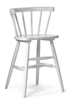 Hög juniorstol ger rätt sitthöjd vid matbordet. Denna produkt kräver montering. Nils ingår i en serie.