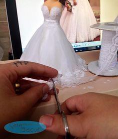 Uma espiadinha no que ando fazendo... ❤ Sim!!! 😍 recorto rendinha por rendinha... para conseguir deixar mais semelhante possível o vestido da noiva 👰 Todos os meus noivinhos são modelados manualmente, sua peça será sempre única!! 😉😘❤ #noivinhospersonalizados #caraarteembiscuit #noiva #vestidodenoiva #biscuit #biscuitpersonalizado #weddingdress #wedding #topodebolo 💖 Orçamentos: caraarteembiscuit@yahoo.com.br, ou envie uma mensagem inbox na página www.facebook.com/caraarteembiscuit