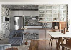 Architekt Diego Revollo dostal za úkol zrenovovat byt ve čtvrti Alto da Lapa brazilského Sao Paula. Bezmála 125m2velký byt se dočkal nečekaného vzhledu. Centrem veškerého dění vbytě se stal rozlehlý prostor spojující kuchyň, jídelnu a obývací pokoj. Paleta použitých barev není sice sama o sobě nijak nápadná, ale dlaždice, použité vkuchyni, dodávají celému bytu charakteristický …