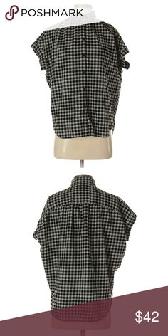 """Madewell short sleeve button down in black plaid Madewell Short-Sleeved Button Down Shirt  Black and white checkered pattern   Size XXS (but can fit probably up to a S/maybe M)  100% cotton - Super cozy!  Chest 52"""", Length 27""""  In excellent barely used condition - I recently bought it but it doesn't fit. My loss is your gain!  Offers always welcome! 😊 Madewell Tops Button Down Shirts"""