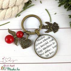 Minden időben érkezik üveglencsés kulcstartó táskadísz anyák napja ballagás évzáró pedagógus karácsony szülinap névnap  (Arindaekszerek) - Meska.hu Minden, Personalized Items, Beads, Diy, Beading, Bricolage, Bead, Seed Beads, Pearls