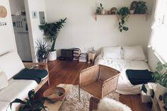 横幅のあるタイプの1Kのお部屋。窓からしっかり光が入りお部屋が広く感じられますが、意外とレイアウトが難しいもの。ベッドとソファの大きな家具を対角線上に配置することで、寝室ゾーンとリビングゾーンを自然に分けられます。