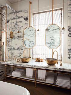 salle de bain de reve, marbre et détails dorés, vasques à poser rondes dorées