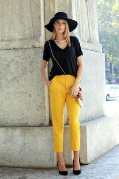 32 Lovely Mustard Pants Outfit Ideas That Can Inspire Your Fashion This Year - Yellow Pants Outfit, Yellow Jeans, Classic Outfits, Chic Outfits, Fashion Outfits, Fasion, Colored Jeans Outfits, Mustard Pants, Look Office