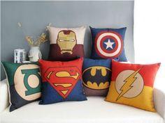 Provavelmente nossa sala terá almofadas de super heróis, séries e afins. Acho muito legal, mas ainda não deixei de pensar nas minhas almofadas preta, branca e dourada.
