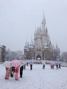 """today 's tokyo disneyland /Twitter / The castle looked really lovely  in the snow!!"" this is cool!"