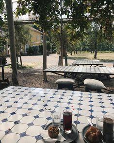 En dag på ett utecafé under blad och med mosaikbord ja tack Tack, Patio, Outdoor Decor, Instagram, Home Decor, Mosaic, Terrace, Interior Design, Home Interior Design