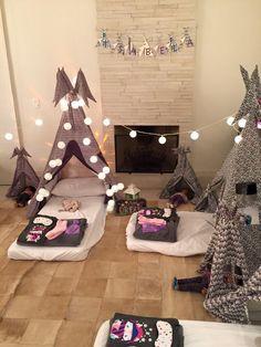 Dicas de decoração e organização para a festa do pijama do seu filho, com direito a cabaninhas e iluminação especial.