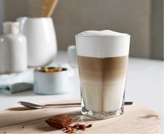 """Latte Macchiato - Nespresso Recipes Latte Macchiato"""" literally means """"spotted milk"""" in Italian. The hot milk and creamy milk foam are imbued with the delicious flavour of coffee for a spectacular, sumptuous result. This will delight all gourmets! Machine Nespresso, Cafe Nespresso, Nespresso Usa, Iced Cappuccino, Iced Latte, Curcuma Latte, Nespresso Recipes, Coffee Ingredients, Latte"""