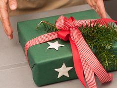 Doppel-Zweiflügelschleife auf dem Weihnachtsgeschenk | Geschenkbandideen