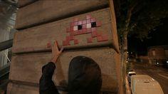 Une mosaïque en céramique d'Invader, street artist français qui s'inspire de l'univers des jeux vidéos, est partie aux #enchères chez +Sotheby's à #HongKong pour 220.000 euros, un record mondial de vente sous le marteau pour cet artiste. #StreetArt #Graffiti #Artwork