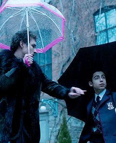 I love how the first thing klaus thinks about is protecting his brothers and sisters, even tho most of the times they act like jackasses to him. He really is an amazing brother Netflix Series, Series Movies, Tv Series, Movies Showing, Movies And Tv Shows, Under My Umbrella, Lace Umbrella, Karate Kid, Brooklyn 9 9