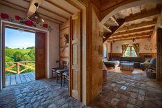 Poznaj niesamowite wnętrza dwóch regionalnych drewnianych chat Maciejewki w Bieszczadach i ich niesamowity, rustykalny klimat. Do tego jeszcze kominek...