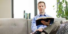 Homem lendo a Bíblia  A Bíblia é apenas um bom livro?