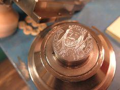 Diky cislovani medaile je kazda emise unikatem. Kazda pametni medaile je oznacena poradovym cislem razby a stava se nezamenitelnym exemplarem. Coins, Personalized Items, Coining, Rooms