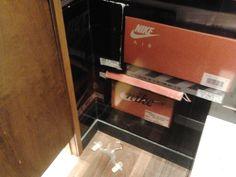 Nossa Shopper Miriam Fukuda nos enviou:imagens de loja de calçados em shopping. Em uma delas mostra um cabide no chão e na outra o provador obstruído com materiais da loja.