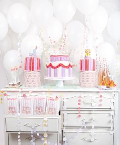 sweet circus party decorations and balloon backdrop Deco Cupcake, Girl Birthday, Birthday Parties, Animal Birthday, Princess Birthday, Happy Birthday, Circus Carnival Party, Circus Theme, Party Decoration