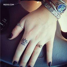 Tatuajes-pequeños-para-mujeres-en-los-dedoss.jpg (500×500)
