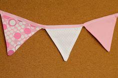 Presentes e Mimos - Bandeirinhas de tecido - Rosa I -  {Pronta-entrega} - faixa com aproximadamente 1,40 m - 10 bandeirinhas de tecido com fino acabamento - cada bandeirinha mede aproximadamente 12 cm x 12 cm - www.tuty.com.br #tuty #presentes #mimos #bandeirinhas #tecido