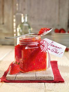 Erdbeer-Rhabarber-Konfitüre mit Zitronenmelisse - Eine fruchtige Konfitüre mit Erdbeeren, Rhabarber und einer zitronigen Note