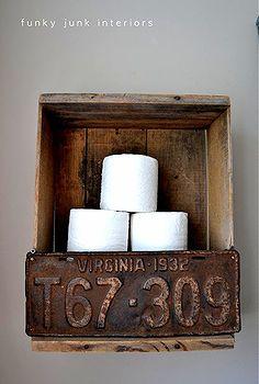 Dit oude nummerbord maakt iets bijzonders van iets heeel gewoons als een wcrolhouder...