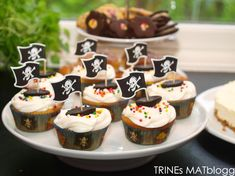 Sitronmuffins med sitronkrem   TRINES MATBLOGG Pirate Birthday, Mini Cupcakes, Frosting, Muffins, Food And Drink, Cookies, Baking, Desserts, Recipes