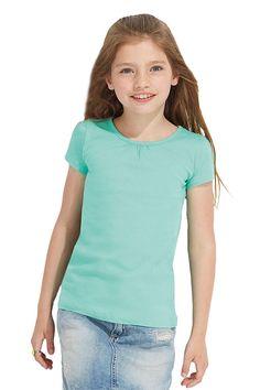 Kinder t-shirt met korte kapmouwtjes met rimpeleffect bij de hals en schouders    - 100% halfgekamd katoen, ringspun, jersey  - grammage: 150 g/m²  - trendy meisjes T-shirt  - rimpel effect op schouders en voorzijde hals  - met zijnaad  - allen maatlabel in de nek  - medium fit