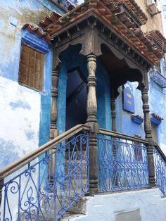 la couleur bleu est légendaire dans toutes les villes et les village du nord du Maroc, mais specialement dans les régions cotière; Chefchaouen est en fait l'une des rares ville de l'interieur des terres qui a gardé cette tradition de couleurs, ce qui rajoute incontestablement beaucoup de charme à la petite ville...