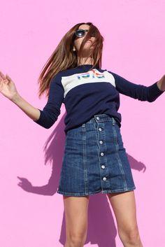 Hoy llevo: Jersey de Bella Freud, falda vaquera de AC for AG, zapatillas de Isabel Marant y gafas de Celine.