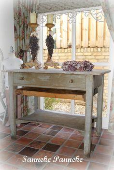 Mooi oude tafel in grijs/groene kleur. De tafel heeft een grote lade, onderblad en uitschuifbare plank.