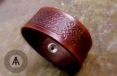 Celtic embossed leather bracelet di LaborARTorIA su Etsy