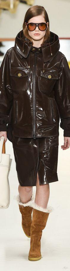 Fall 2018 RTW Tod's Fashion 2018, High Fashion, Womens Fashion, Milan Fashion, Fashion Brands, Elegant Outfit, Fall 2018, Green And Brown, Leather Fashion