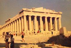 Questo tempio è il più famoso reperto dell'antica Grecia; è stato lodato come la migliore realizzazione dell'architettura greca classica e le sue decorazioni sono considerate alcuni dei più grandi elementi dell'arte greca. Il Partenone è un simbolo duraturo dell'antica Grecia e della democrazia ateniese e rappresenta senz'altro uno dei più grandi monumenti culturali del mondo. (FOTO SCATTATA DA ME QUALCHE ANNO FA).