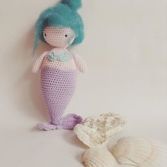 Ik haakte een lief zeemeerminnetje. Geen idee waarom maar ze móest er gewoon komen. Haar haartjes maakte ik van vilt. Nog niet tevreden. Ik vind haar een beetje een bejaard zeemeerminnetje geworden met dat knotje😁 #haken #hekle #häkeln #crocheting #color #cotton #crochet #amigurumi #simplyhaken #mermaid #pastel #virka