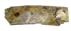 Przedstawiamy kolejny przykład zdobnictwa słowiańskiego tym razem na kościanej podłużnej (8 cm) płytce. Jest ona zapewne fragmentem ozdobnej okładziny (wskazują na to otwory na nity) bliżej nieokreślonego przedmiotu. Romboidalny wątek ornamentacyjny jest rzadko spotykany  w materiale wykopaliskowym. Tę XII. wieczną płytkę archeolodzy znaleźli na wyspie dawnego Jeziora Świętego nieopodal grodu gnieźnieńskiego. Outdoor Blanket