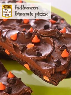 Halloween Brownie Pizza - could make for other holidays by changing colors used. Halloween Brownies, Halloween Chocolate, Halloween Desserts, Halloween Treats, Halloween Goodies, Halloween Party, Haunted Halloween, Halloween Recipe, Holidays Halloween