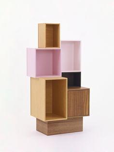 Design Regalsystem in Holz und Rosa / Design shelvin system in wood and pink / Système d'étagères design en bois et rose