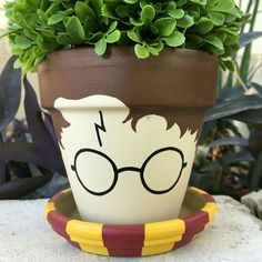 Harry Potter Flower Pot More Know a Potterhead, whose birthday is coming up? Stop all your gift hunting; Bored Panda has got your back with these Harry Potter gifts! Fleur Harry Potter, Harry Potter Diy, Deco Noel Harry Potter, Harry Potter Bedroom, Harry Potter Bathroom Ideas, Harry Potter Plants, Painted Plant Pots, Painted Flower Pots, Decorated Flower Pots