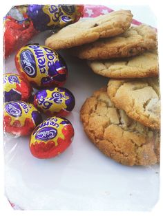 The best Easter cookie recipe ever - yummiest Creme Egg cookies, fab for easter parties, lunch boxes and picnics Daisies & Pie No Egg Cookie Recipe, Easter Cookie Recipes, No Egg Cookies, Easter Cookies, Easter Treats, Biscuit Recipe, Cookies Et Biscuits, Easter Biscuits, Egg Cupcakes