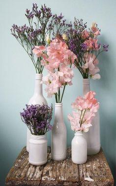 auch mit Plasteblumen......aber erstmal Farbe finden mit der man Flaschen anmalen kann