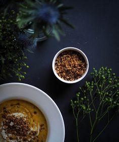 Pähkinäinen ja paahteinen kukkakaalimuru kruunaa niin sosekeitot kuin syksyiset salaatitkin.